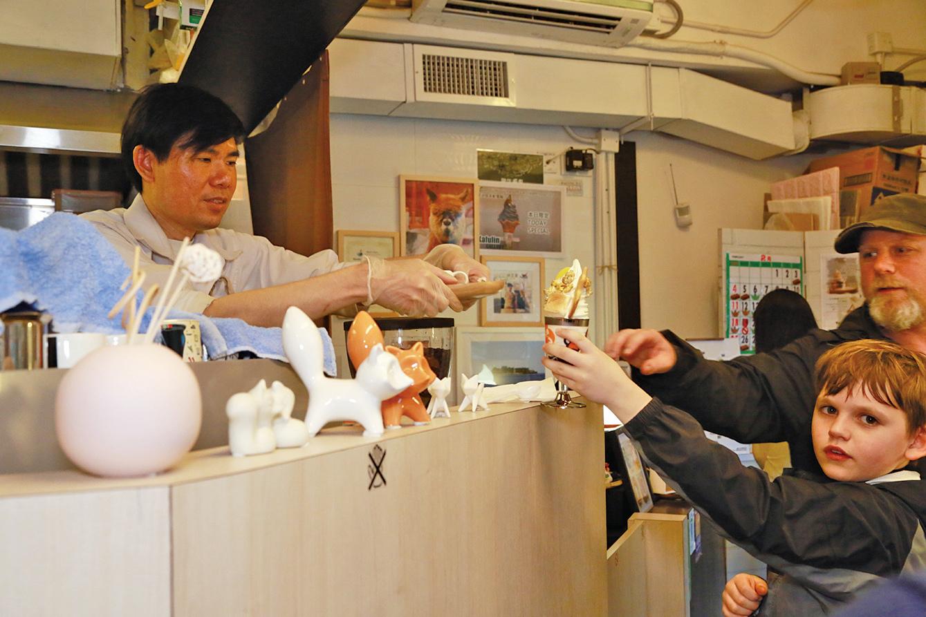 日系甜品店Kafulin Gallery店長之一Neo在為顧客服務(陳仲明/大紀元)