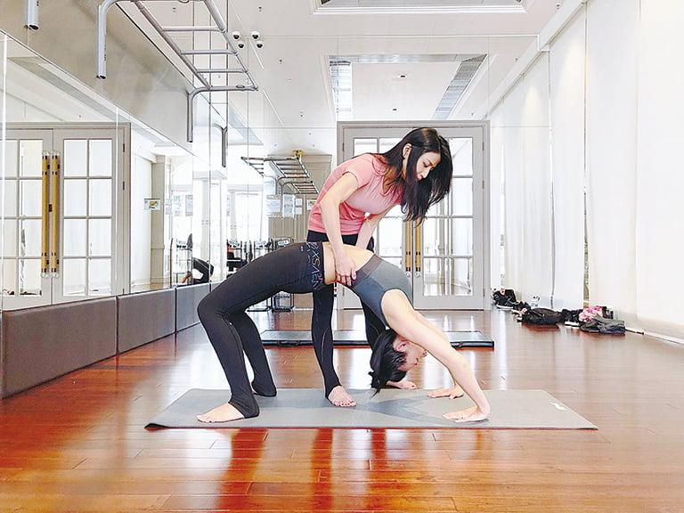 瑜伽導師林芊妤(後)讚胡杏兒練習瑜伽時勤力又不怕辛苦。(胡杏兒facebook)
