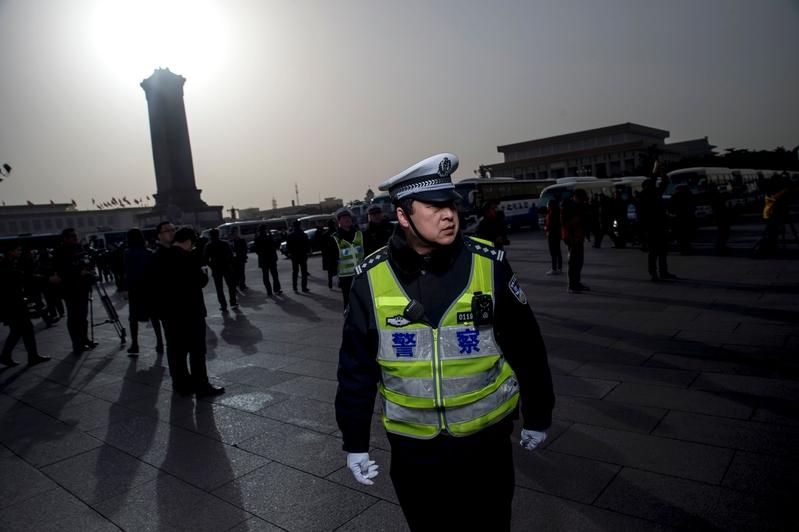 中共兩會修憲,民間冷淡不看好。圖為2016年3月5日中共兩會北京人民大會堂外。(FRED DUFOUR/AFP/Getty Images)