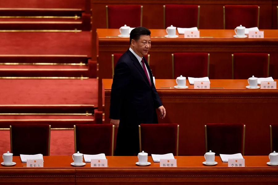 5日,習近平獨自一人走向主席台,其他6名常委被遠遠拋在後面。(WANG ZHAO/AFP/Getty Images)