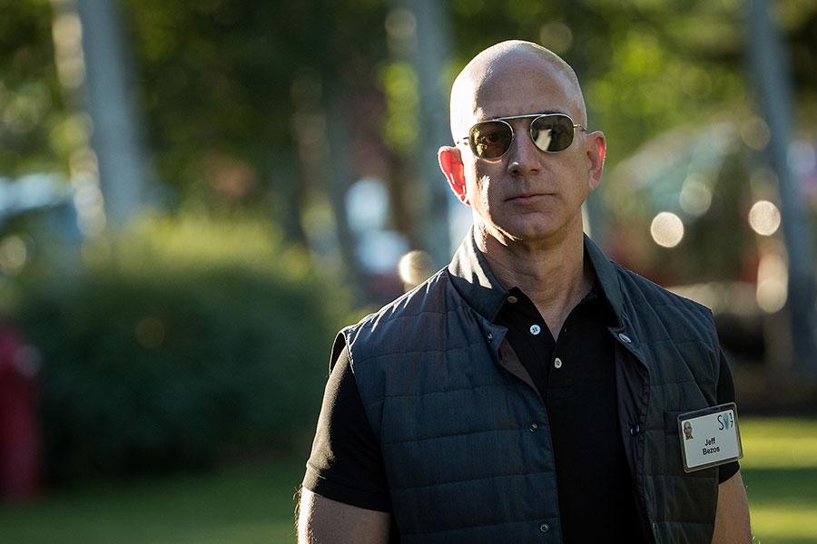 福布斯雜誌周二公佈2018年億萬富豪榜,亞馬遜創辦人兼行政總裁貝佐斯(Jeff Bezos,如圖)首次躋身榜首,資產淨值達到1,120億美元。(Drew Angerer/Getty Images)
