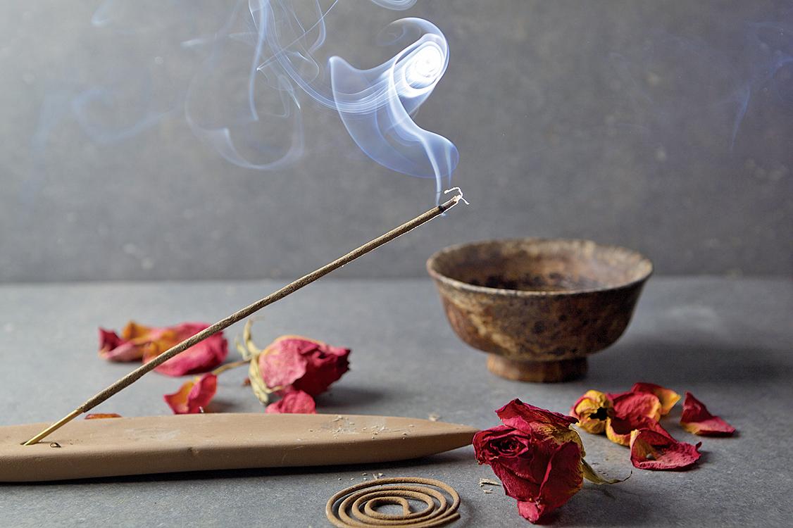 古時驚蟄日,人們會手持清香、艾草,熏家中屋裏的四角,以香味驅趕蛇、蟲、蚊、鼠和霉味。(Fotolia)