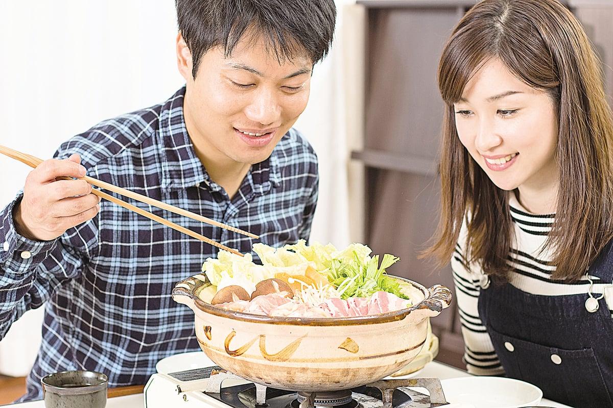 在冷天中吃火鍋,讓家人朋友一起感受溫暖和樂趣。