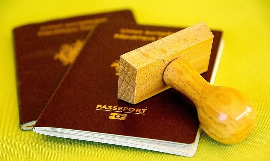 大多數歐盟國家,除了克羅地亞採用近似黑色的護照外,所有成員國都採用深酒紅色。(Pixabay)