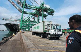 圖為洛杉磯海關人員在港口執行安全檢查。(法新社)