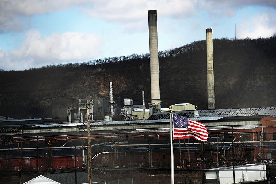 美國鋼鐵公司周三(3月7日)對外宣佈,由於特朗普總統承諾對外國鋼鐵徵收關稅,該公司正準備重啟伊利諾伊工廠的煉鋼設施和一座高爐。圖為美國鋼鐵公司賓州一工廠。(Spencer Platt/Getty Images)