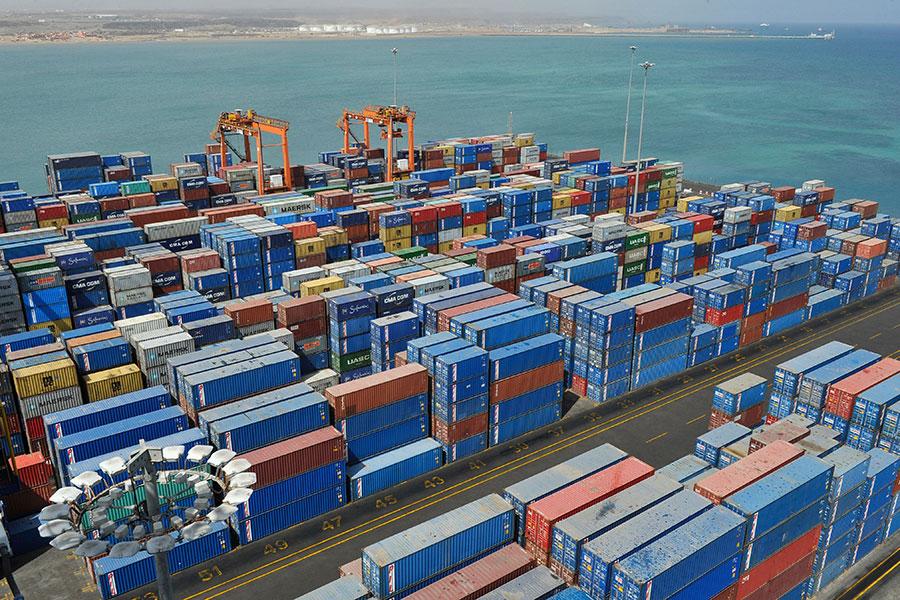 非洲國家吉布提的多哈雷貨櫃碼頭管理公司6日與太平洋船務公司簽約。這項合約可以讓港口的處理量,朝每年160萬個貨櫃的最高容量前進一步。圖為吉布提港口。(SIMON MAINA/AFP/Getty Images)