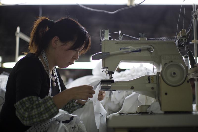 IMF總裁拉加德日前表示,中共沒有遵守世界貿易組織(世貿)協議規定。圖為上海一家成衣廠。(大紀元資料室)