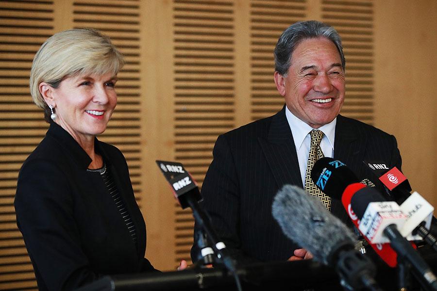 新西蘭副總理兼外交部長溫斯頓・彼得斯(Winston Peters)會見澳洲外交部長朱莉・畢曉普(Julie Bishop)。(Hannah Peters/Getty Images)