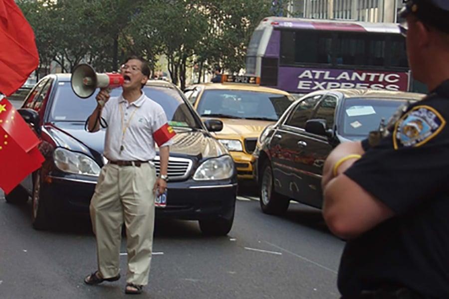 圖為2005年中共領導人訪美,紐約僑領花俊雄被中共領館授意糾集數百名華人「歡迎」。花俊雄控制不了場面而失態,對美國警察破口大罵。(大紀元)