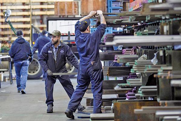 美國總統特朗普當地時間星期四下午將簽署總統公告,向進口鋼鋁產品徵稅。美國財長姆欽解釋,增加美國就業是特朗普的最優先政策。(AFP)