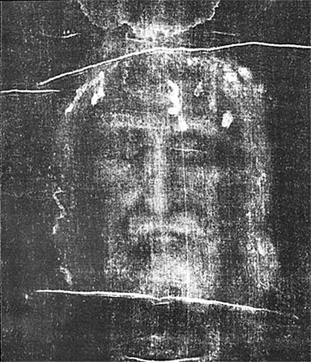1898年5月28日皮亞(Secondo Pia)拍攝的裹屍布上的影像反面顯示出一張正面的臉,這張圖像後來被用作天主教堅信禮中「耶穌聖容」的一部份。(維基百科)