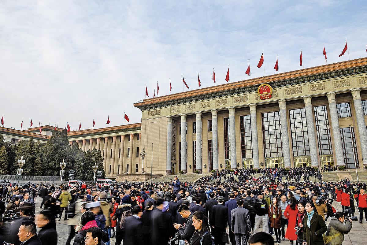 3月5日,中共全國人大開幕前,人們聚集人民大會堂。(Getty Images)