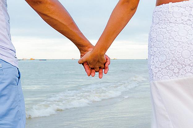 研究發現,情侶通過牽手可以讓兩人的腦波耦合,並可減輕疼痛。(Fotolia)