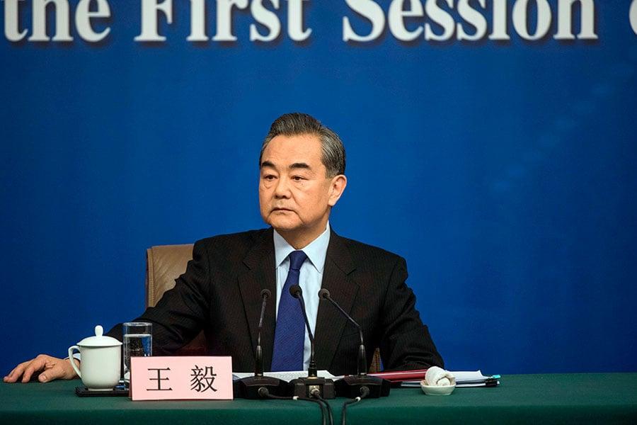 3月8日,中共外交部長王毅在中共兩會的記者會上,再次對外國記者態度惡劣。(FRED DUFOUR/AFP/Getty Images)