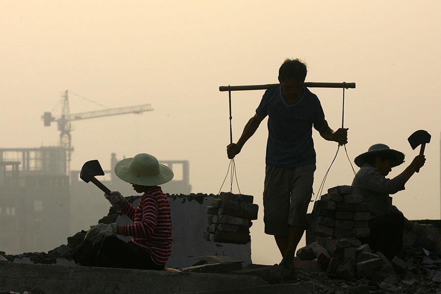 學者指出,中共利用著龐大的人力、自然資源,賺取更多的金錢,再把這些金錢大量投注在國防事務上。(China Photos/Getty Images)