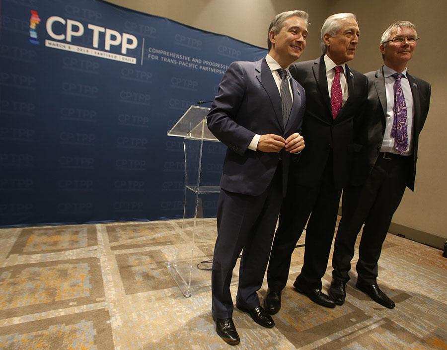智利外交部長Heraldo Munoz(圖中)、新西蘭貿易部長David Parker(圖右)和加拿大貿易部長Francois-Philippe Champagne(圖左)於3月8日在CPTPP簽署儀式前合影。(CLAUDIO REYES/AFP/Getty Images)