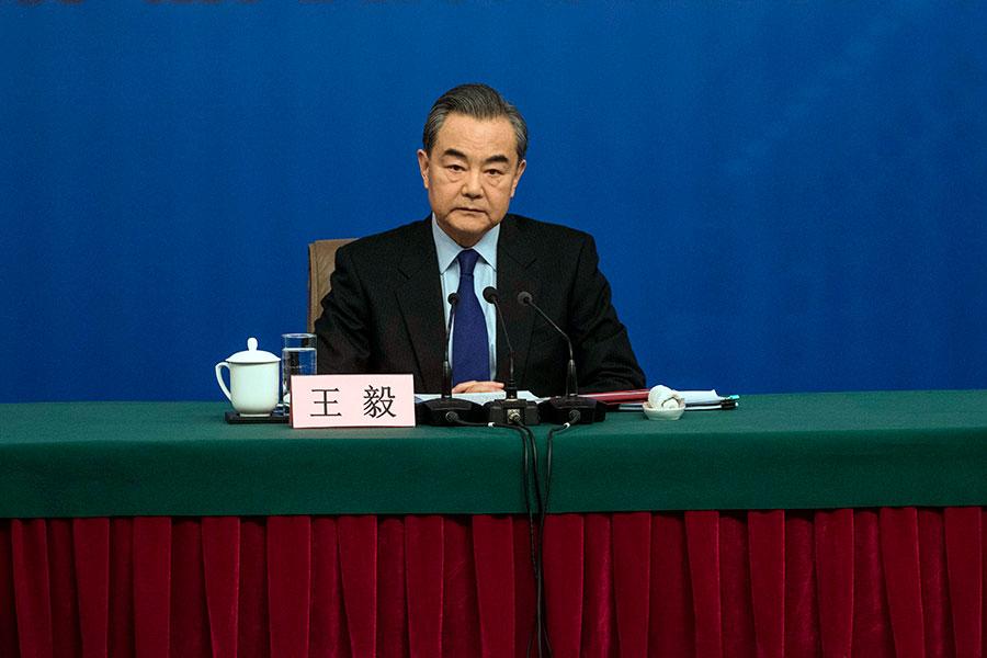 中共外長王毅8日會見了中外記者,對中美貿易做了一番評述。(FRED DUFOUR/AFP/Getty Images)