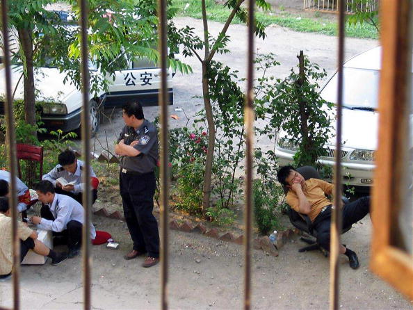 每到中共所謂敏感日,胡佳就被旅遊或警察就在家門外守候沒有自由。(AFP/Getty Images)