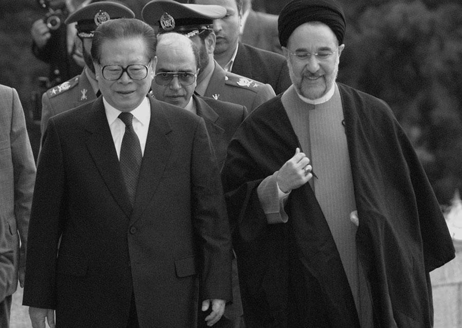 超限戰中還包括操縱他國軍隊,在不公開的情況下介入戰爭。圖為江澤民與前伊朗總統穆罕默德・哈塔米會面。(Keivan/Getty Images)