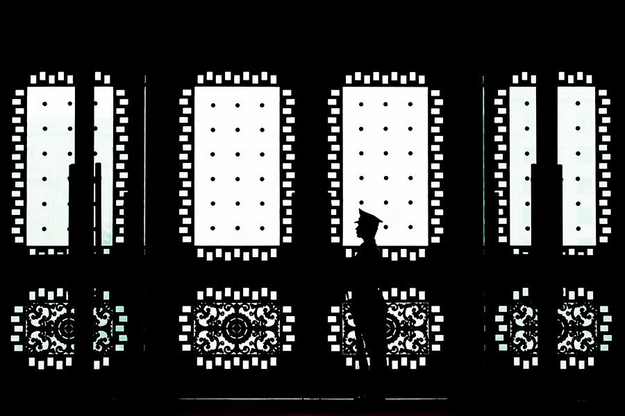 幾十年間,中共對美國悄然展開了一場「超限戰」。圖為在北京八一大樓門口站崗的士兵。(Andy Wong/Getty Images)