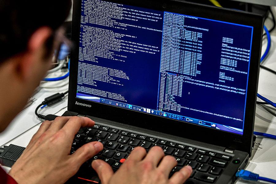 美國政府23日公佈消息,9名伊朗人被控網絡盜取數百家美國政府部門及大學的信息和資料,價值34億美元,涉及學術研究、醫藥等科學領域。(PHILIPPE HUGUEN/AFP/Getty Images)