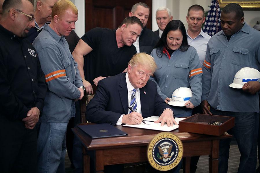 美國總統特朗普8日(當地時間)正式簽署公告,對進口鋼材及鋁材分別徵收25%及10%的關稅,暫時豁免加拿大及墨西哥。(Chip Somodevilla/Getty Images)