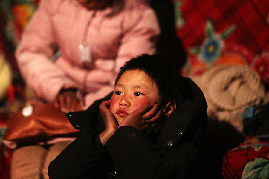 中國「冰花男孩」走紅網絡之後引發全社會的關注。雲南一家私立學校免費讓他入學,但是在入讀一周之後,他突然被要求離開新學校。校長說,他受不了中共當局將「冰花男孩」作為扶貧典型而施加的壓力。(AFP/Getty Images)