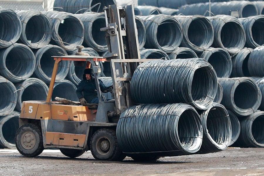 中共日前公佈說,中國第一季度國內生產總值(GDP)增長6.8%。對此,美國媒體表示,中共的經濟數據存在可信度問題。圖為一名中國工人在瀋陽的一家鋼鐵廠在工作。(AFP/Getty Images)