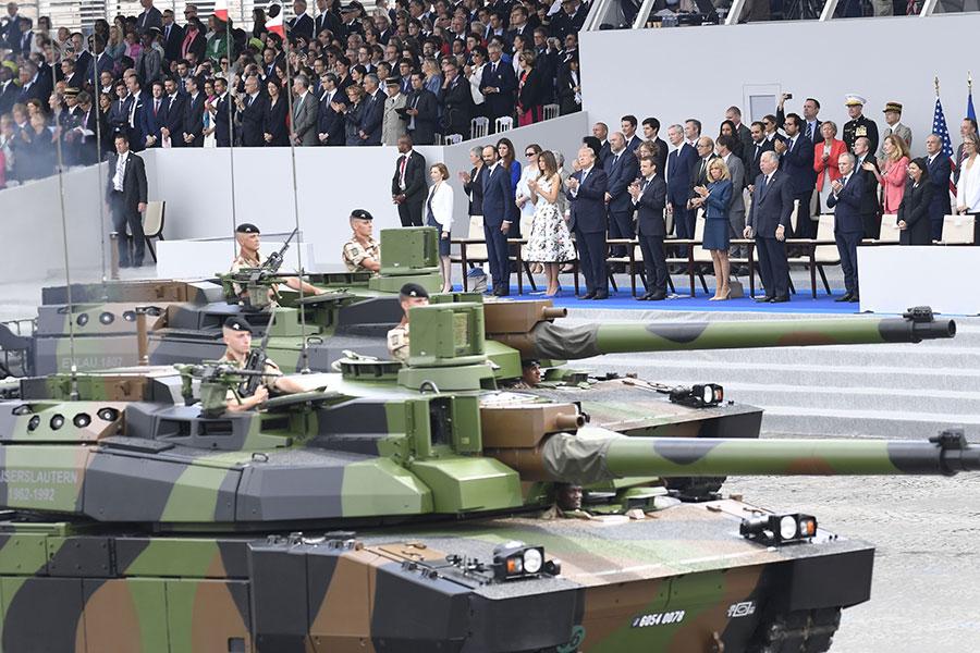 特朗普總統在去年夏天參加法國國慶日的閱兵巡遊後,首次提到了在美國舉行閱兵巡遊的想法。圖為特朗普和第一夫人梅拉尼婭在法國閱兵現場。(SAUL LOEB/AFP/Getty Images)