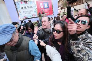 【3.11補選】區諾軒團隊遭親共人士包圍指罵 有人揚言「支持陳家珮」