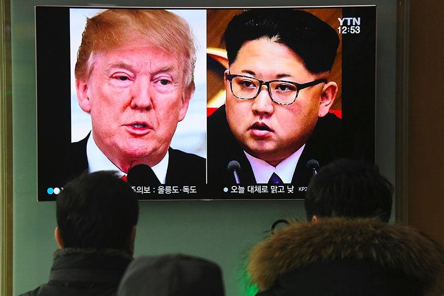 南韓《中央日報》援引消息稱,北韓領導人金正恩聲稱願意拆除核武,而不光是凍結核武項目。圖為2018年3月9日,南韓首爾火車站的電視播出特朗普願意與金正恩對話的新聞。(Jung Yeon-je/AFP)