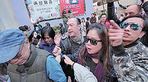 親共組織「同心護港」召集人曹達明(中)等人昨晨在香港仔搗亂區諾軒的造勢記者會。(黃之鋒fb)