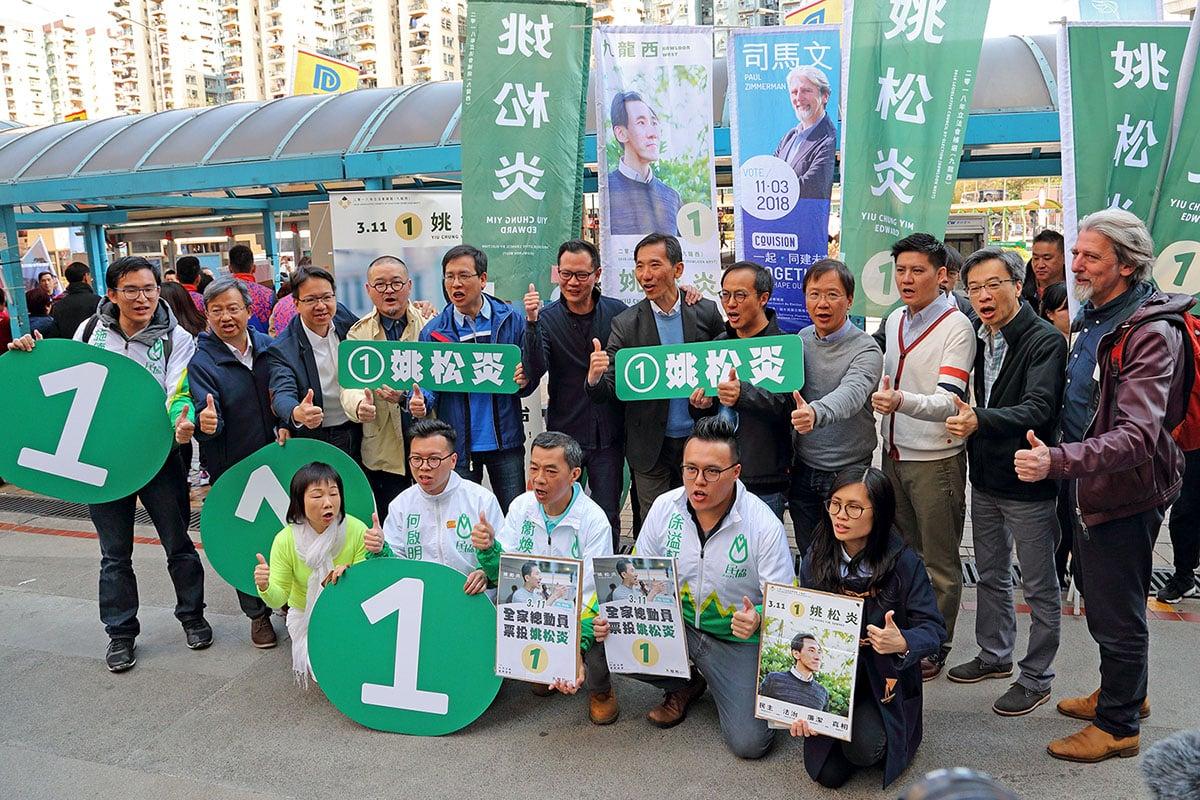 姚松炎昨早在美孚造勢,民主派政黨議員到場支持,呼籲選民一起用選票反DQ、抗建制,向北京政權說不。(李逸/大紀元)