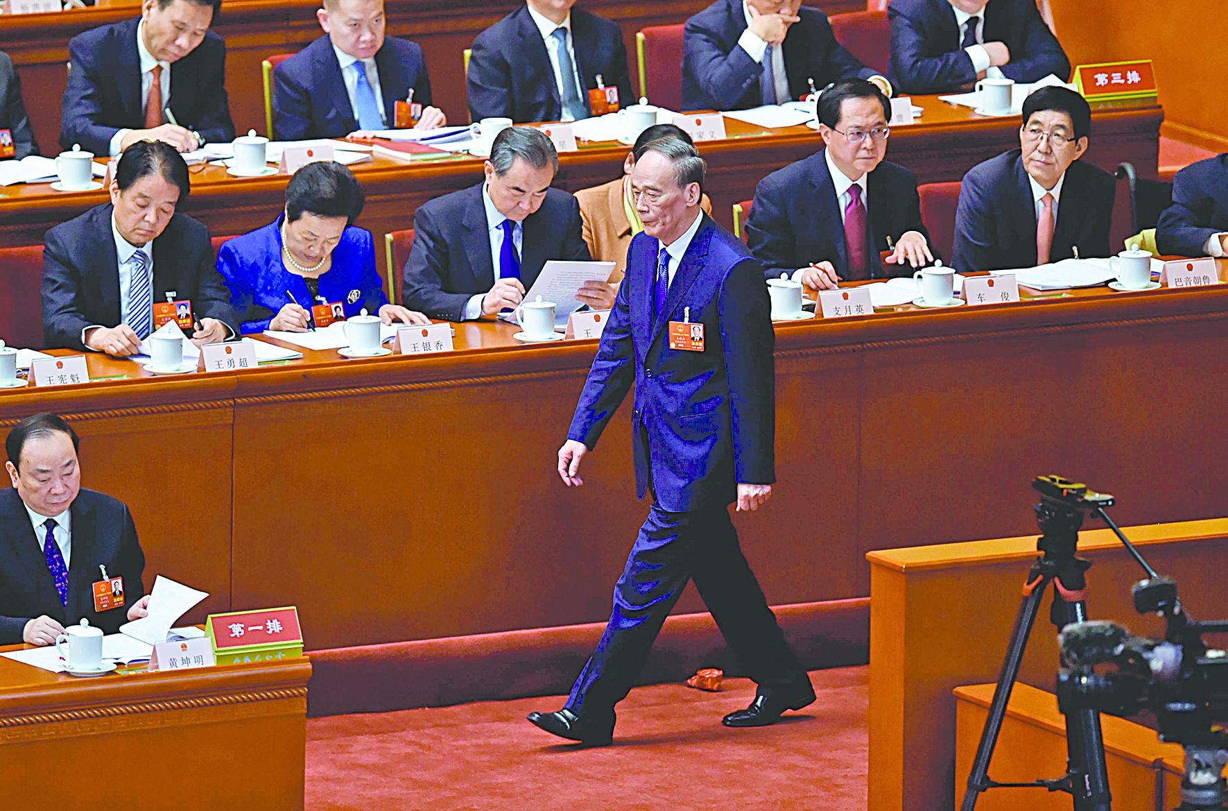 王岐山在人大會議第一天的亮相,被評論人士稱為中共「第八常委」。(Getty Images)