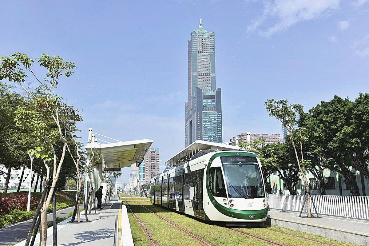 在高雄西濱水岸, 輕軌列車是耀眼的 移動風景,更是居 民通勤、旅客觀光 的全新選擇。(李 晴玳/大紀元)