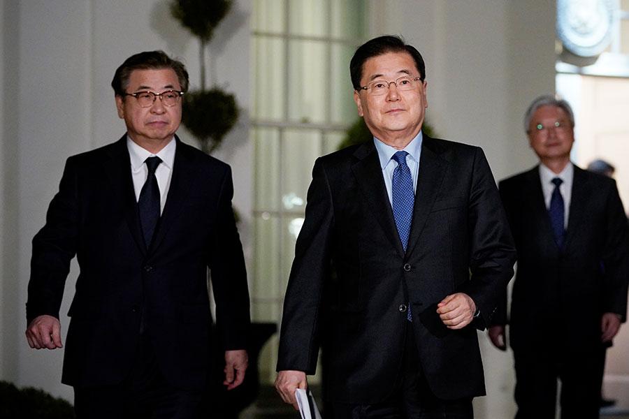 南韓兩名高官鄭義榮和徐薰就北韓問題剛剛結束對美國的訪問,即將奔赴中國和日本進行分別訪問。圖為兩人3月8日在美國白宮。(MANDEL NGAN/AFP/Getty Images)