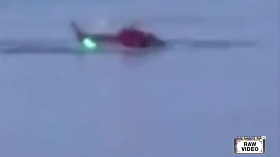 一架載有數人的直升機周日(3月11日)在美國紐約市東河(East River)墜毀,飛機部份淹沒在水中。(視像擷圖)