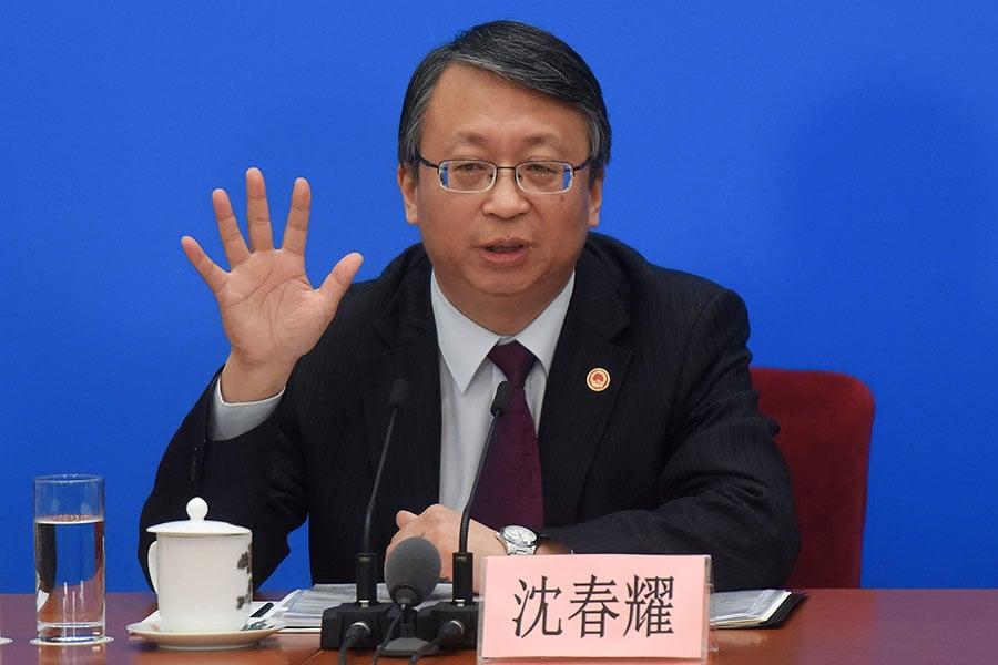 中共全國人大常委會法制工作委員會主任沈春耀在記者會上回應修憲問題。(Etienne Oliveau/Getty Images)