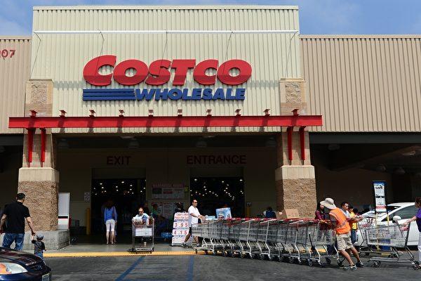 美國好市多(Costco)等大型超市為了預防萬一美朝會談失敗後發生戰爭問題,展開了儲備糧促銷活動。圖為加州阿罕布拉市的好事多分店。(BROWN/AFP/Getty Images)