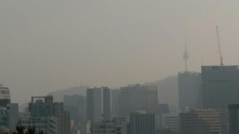 圖為3月12日下午3點半,陰霾籠罩首爾市內的景象。(洪梅/大紀元)