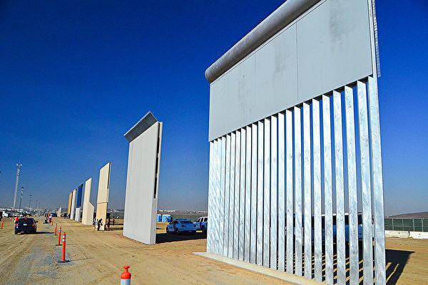 美國總統特朗普周六(3月10日)在賓州的一個集會上向支持者們透露,他在上個月的電話會談中,拒絕了來自墨西哥總統的一個和邊境牆有關的要求。圖為六家美國公司在聖地亞哥Otay Mesa緊靠美墨邊境建設的8個邊境牆模型牆。(李旭生/大紀元)