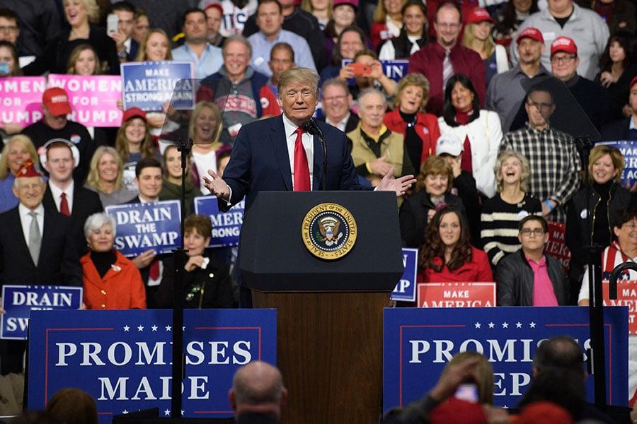 特朗普上周六參加賓州的一個集會,談及上個月和墨西哥總統的一個電話會談。(Jeff Swensen/Getty Images)