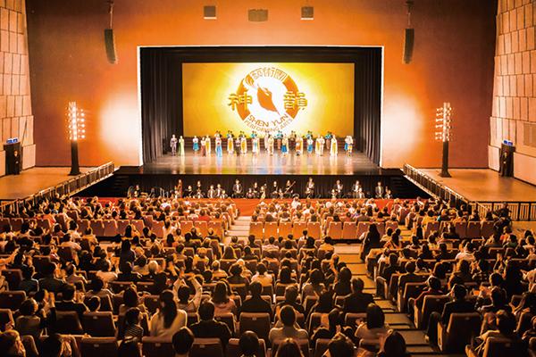 3月11日下午,美國神韻國際藝術團在桃園展演中心演出,演員謝幕時,全場爆滿觀眾報以熱烈掌聲。(陳柏州/大紀元)