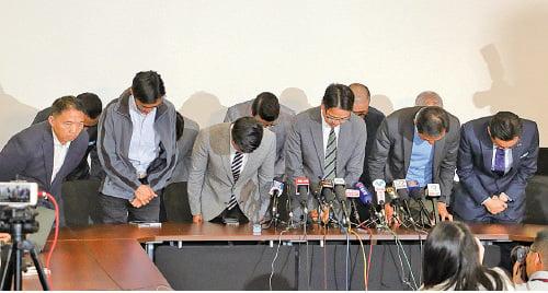 民主派為九龍西敗選向選民鞠躬致歉,呼籲各界團結迎戰未來的硬仗。(蔡雯文/大紀元)