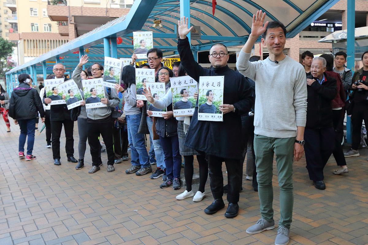姚松炎昨日下午與義工團隊到美孚謝票,又向支持者握手及致歉。(蔡雯文/大紀元)