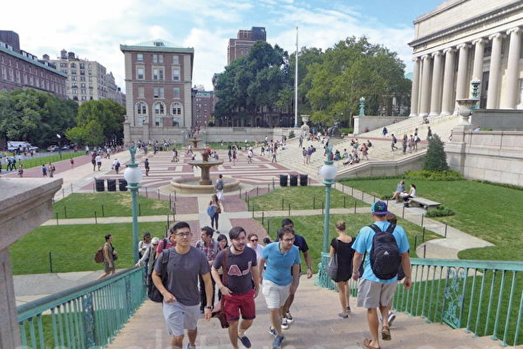 隨著美國移民政策收緊,去年外國學生簽證數量下降。這加劇了某些大學的財政挑戰。圖為在美國的中國留學生。(蔡溶/大紀元)