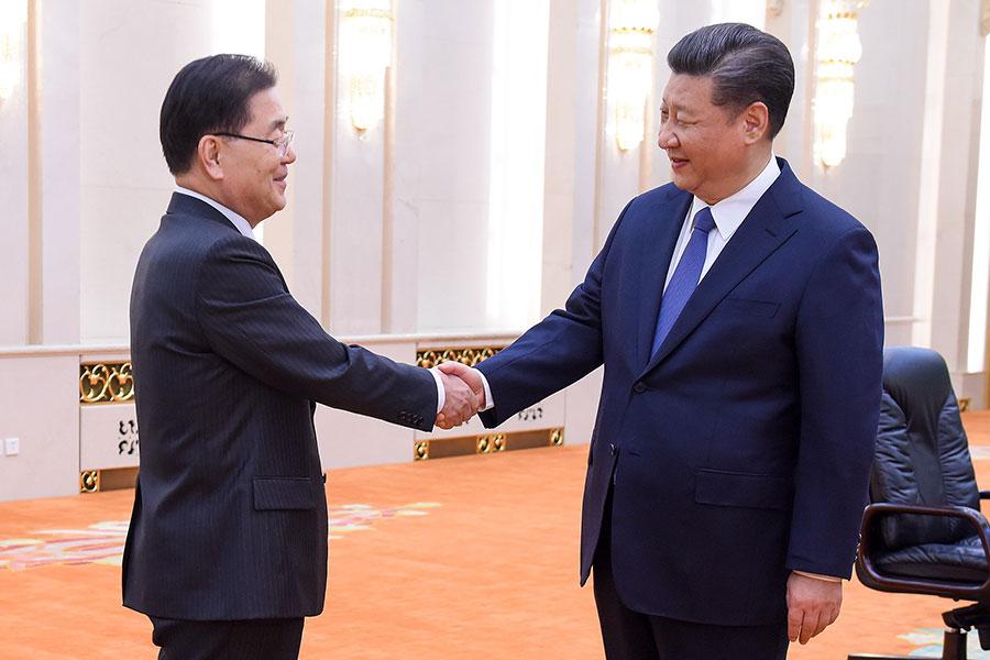周一(3月12日),南韓國家安全辦公室負責人鄭義榮(Chung Eui-yong)就北韓問題在北京會晤了中國國家主席習近平。習近平稱,期待美朝對話順利進行。(ETIENNE OLIVEAU/AFP/Getty Images)
