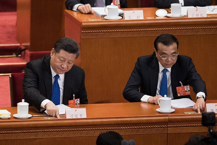 圖為3月13日,國家主席習近平(左)與國務院總理李克強在兩會上投票。(NICOLAS ASFOURI/AFP/Getty Images)