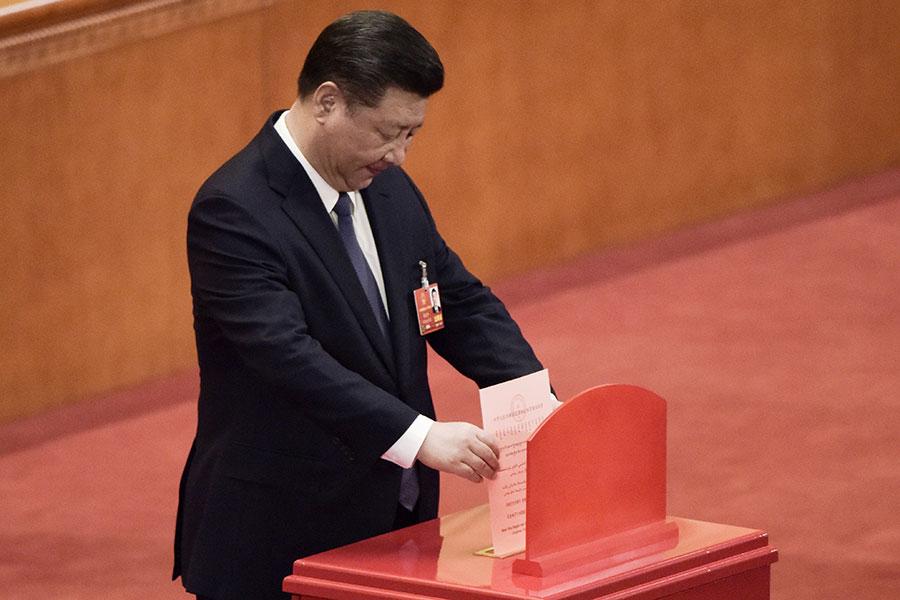 3月11日,中共人大會議上通過修憲,結果為2958票贊成、2票反對、3票棄權、1張無效票。圖為習近平投票情況。(FRED DUFOUR/AFP/Getty Images)